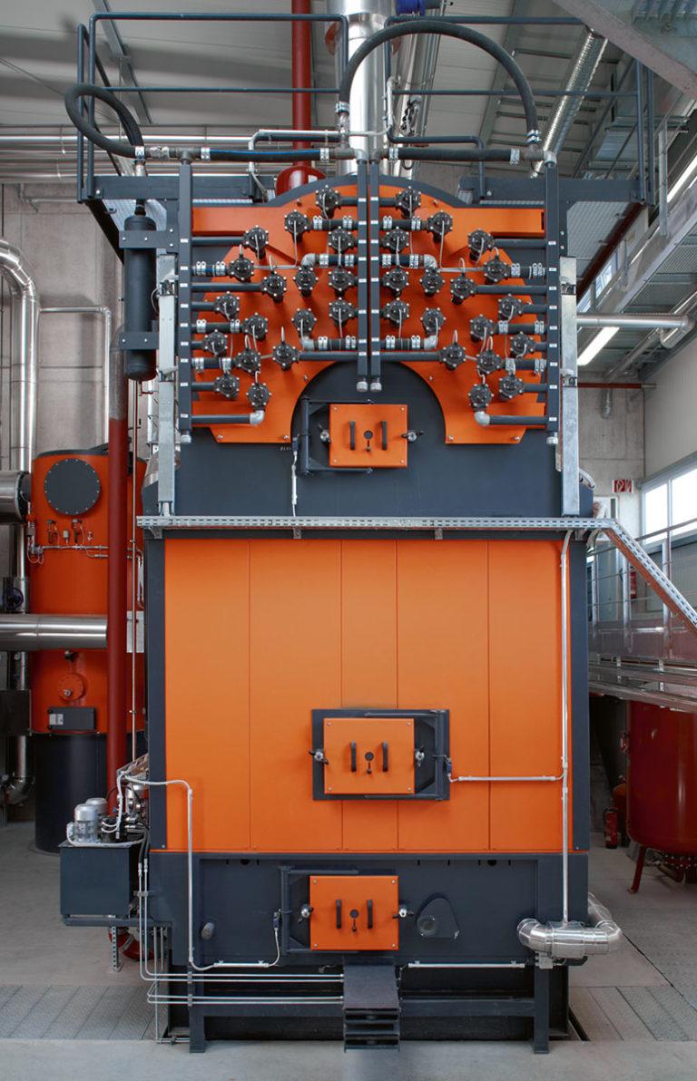 Frontansicht Biomasse Brennkessel mit Hackschnitzel von Viessmann in Orange