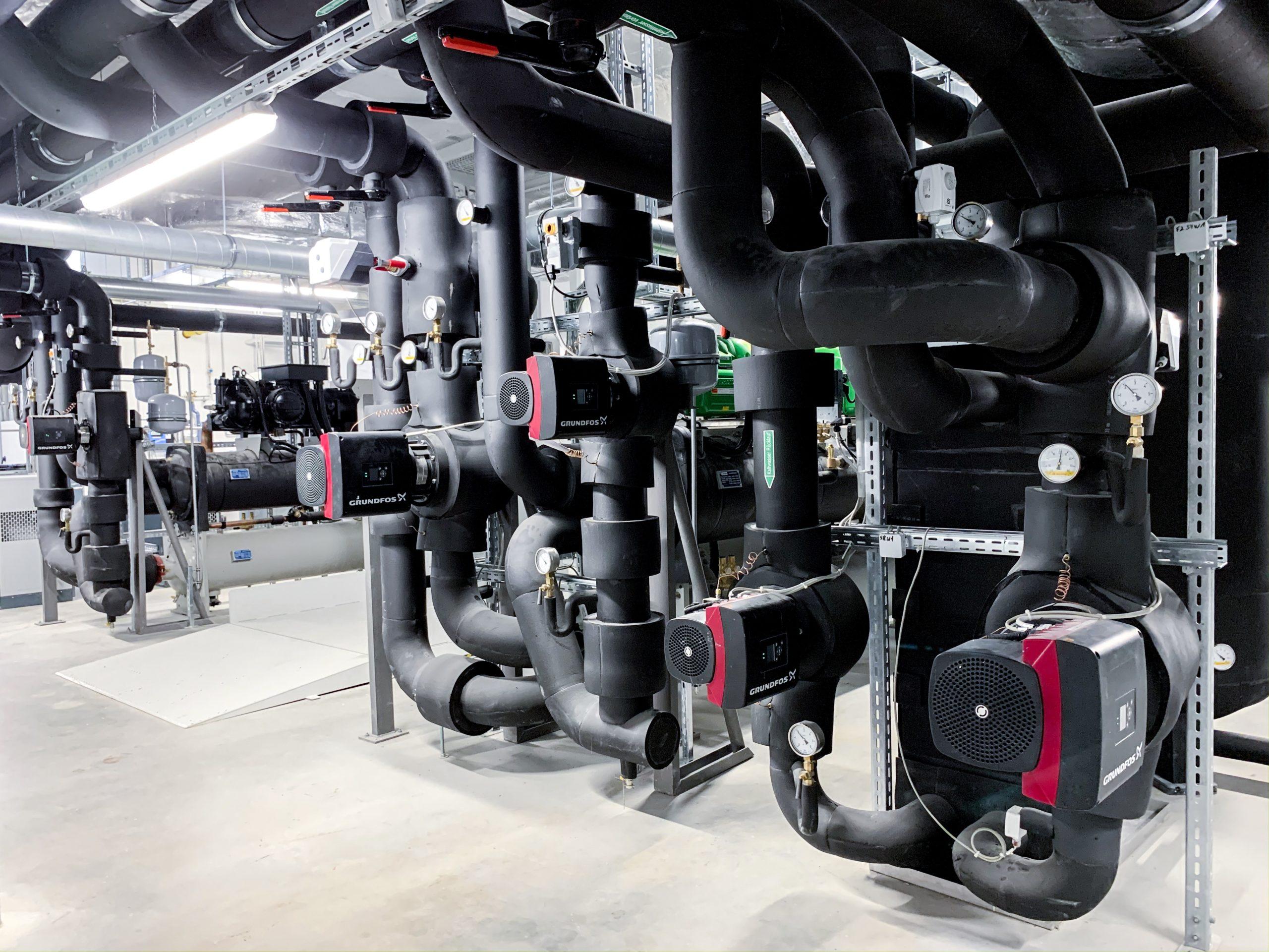 TÜV Süd in Heimsheim_Technikdetail_Verteiler mit Grundfos Pumpen