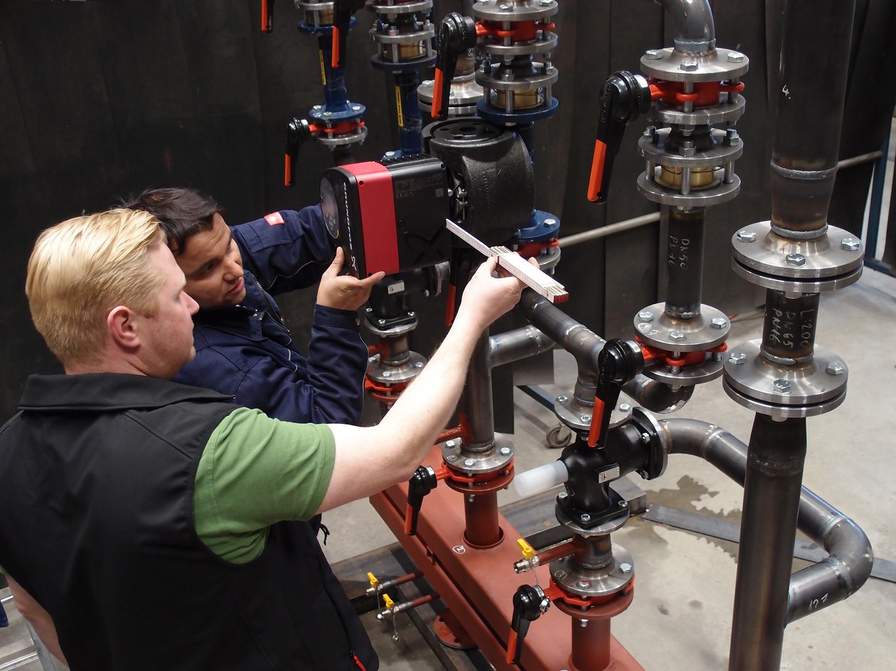 Imagebild Stahlbau. Zwei Arbeiter bei der Kontrolle im Stahlbau.